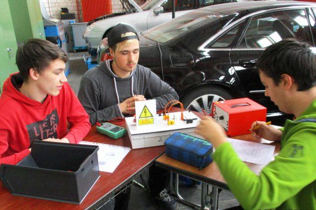 Anwendungsbild Kraftfahrtzeugtechnik - Schülern mit Freischalttrainern
